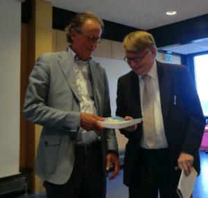 Ds De Lange overhandigt boek aan prof. Hoek
