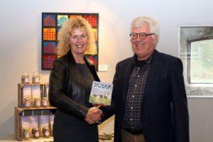 Trienke Elshof LTO neemt boek mee naar Torentje